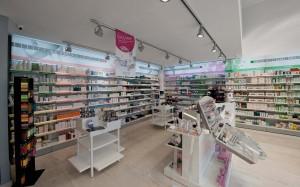Φαρμακείο Παπαδοπούλου σχεδιασμός-κατασκευή φωτιζόμενα ράφια-επίπλα-γόνδολες φαρμακείου